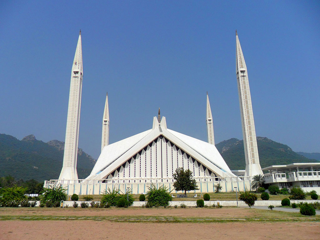 A_view_of_Shah_Faisal_Mosque_from_adjoing_yard.